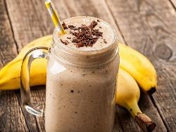 Шоколадов шейк с банани, какао, прясно и кисело мляко в блендер - снимка на рецептата